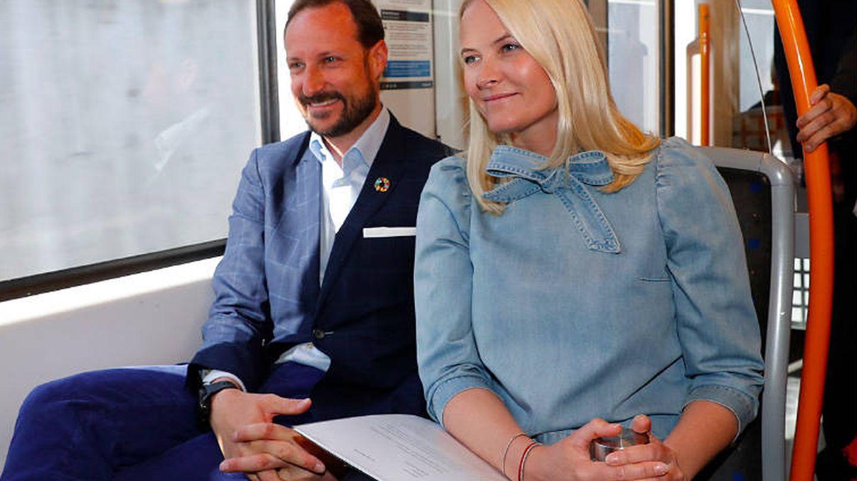 Mette-Marit y Haakon, en la última edición del 'metro de la literatura'. (Casa Real de Noruega)