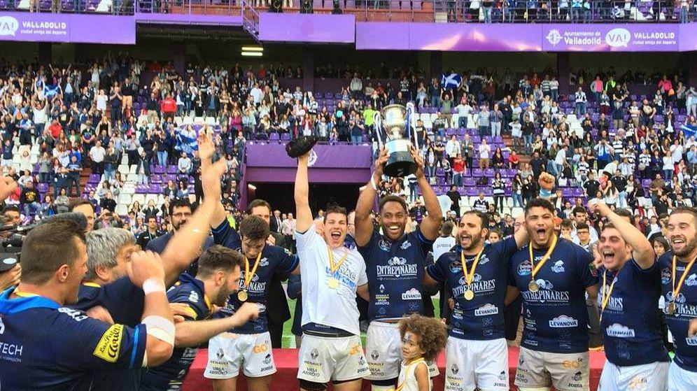Foto: El VRAC levantando el título de campeón de la División de Honor. (Foto: Ferugby)