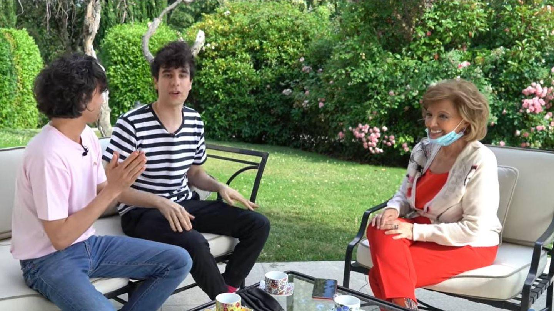 Los Javis, junto a María Teresa Campos. (Youtube)