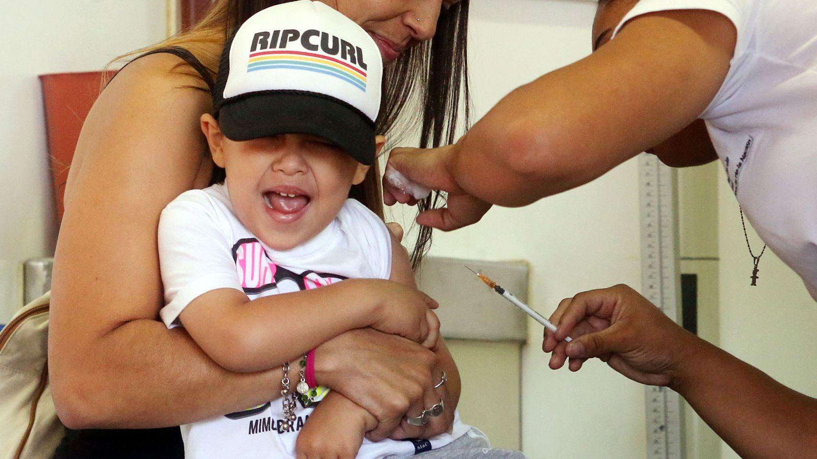 Foto: Un niño reacciona al recibir la vacuna contra la fiebre amarilla, dengue, chikunguña y zika (Marcos Brindicci / Reuters)