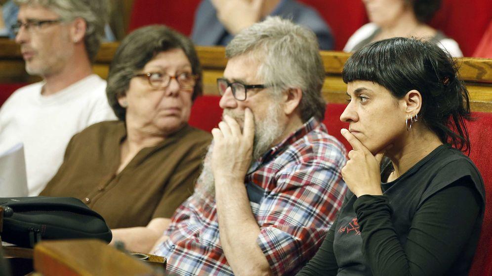 Foto: Los diputados de la CUP, Anna Gabriel, Joan Garrigay Gabriela Serra. (Efe)
