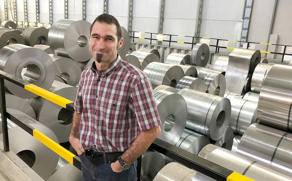 Foto: Toni Miró, en la empresa de tubos Bornay. (Á. Villarino)