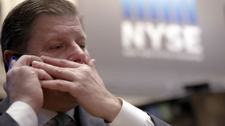 Foto: Un trader en el parqué neoyorquino, el pasado 6 de enero. (Reuters/Brendan McDermid)