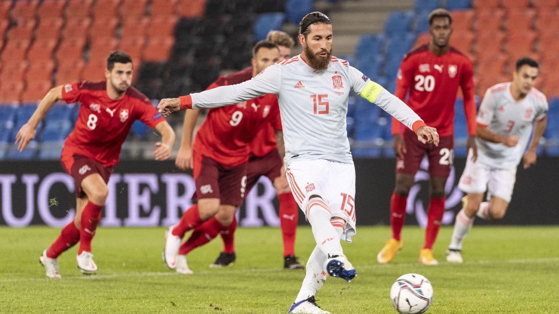 Sergio Ramos tira un penalti con la Selección. (EFE)