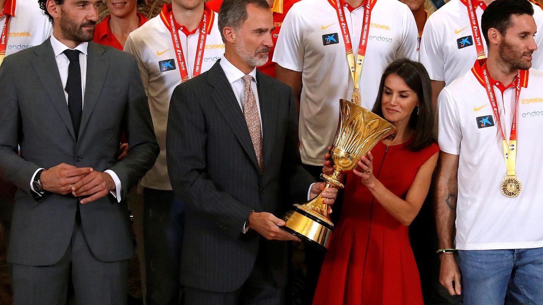 Los reyes Felipe y Letizia con el trofeo del Mundial de Baloncesto. (EFE)