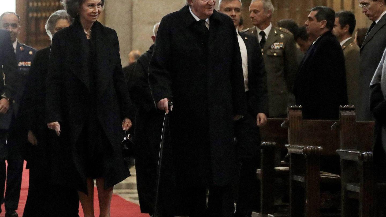Los reyes eméritos en el funeral en memoria de don Juan de Borbón. (Gtres)