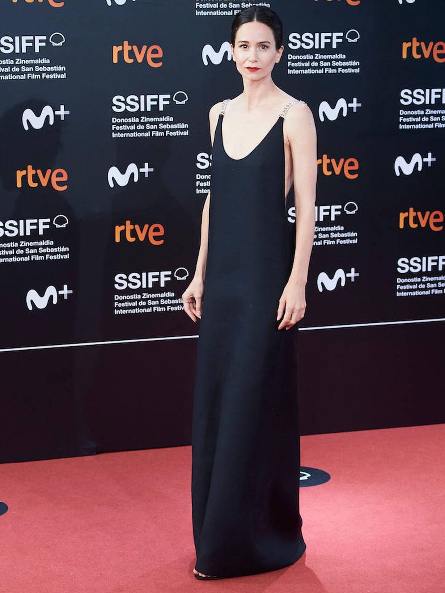 Katherine Waterston con sencillo y sofisticado vestido negro de Gabriela Hearst. (Limited Pictures)
