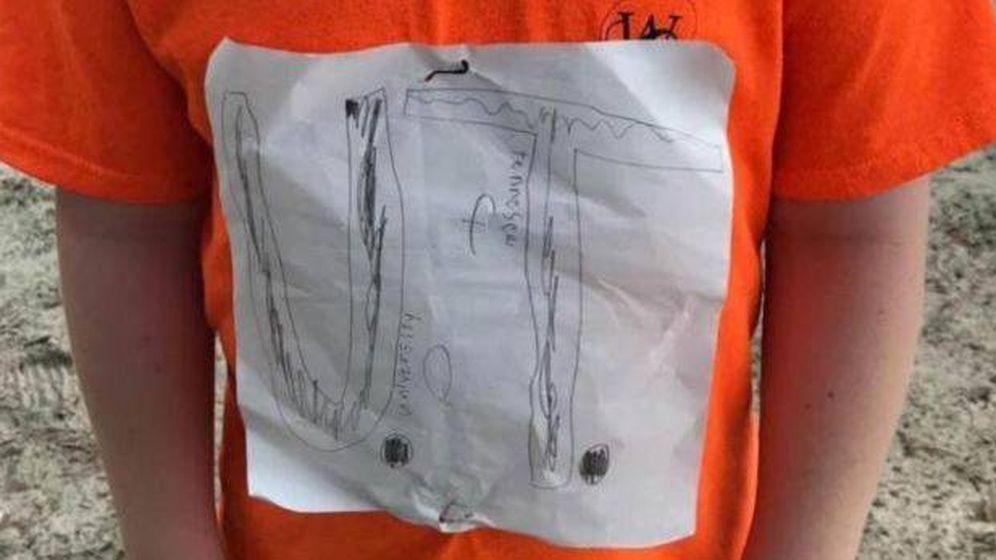 Foto: La camiseta del niño diseñada por él mismo. (Laura Snyder/Faccebook)