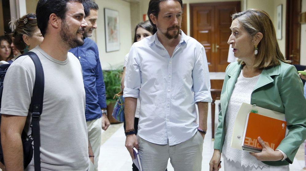 Foto: Los líderes de Izquierda Unida, Alberto Garzón (i), y de Podemos, Pablo Iglesias, conversan con la presidenta del Congreso, Ana Pastor, a su llegada hoy para la constitución de la Diputación Permanente. (EFE)