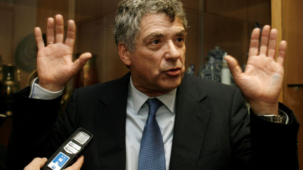 Foto: Ángel María Villar levanta los brazos ante la prensa. (Reuters)