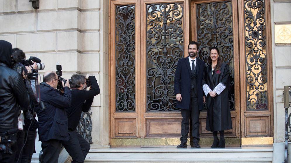 Foto: El presidente del Parlament, Roger Torrent, junto a la decana del Colegio de Abogados de Barcelona, Maria Eugenia Gay. (EFE)