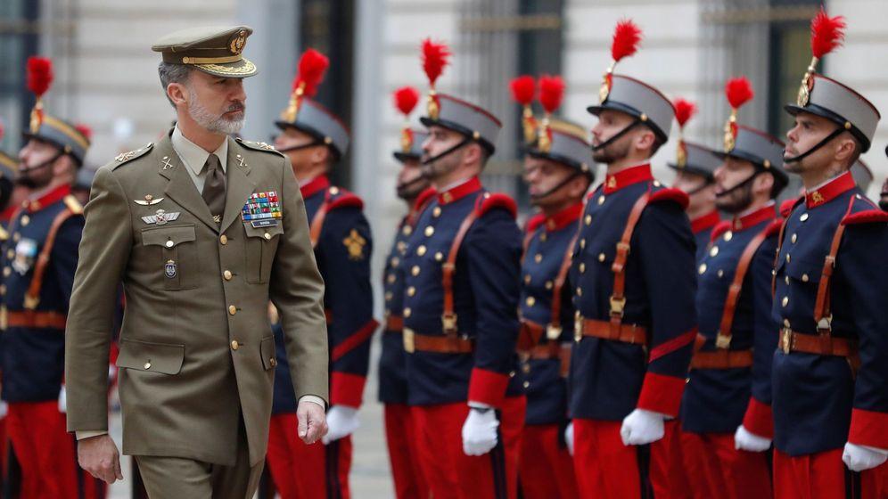 Foto: Felipe VI pasa revista durante su visita al Cuartel General del Ejército de Tierra. (EFE)