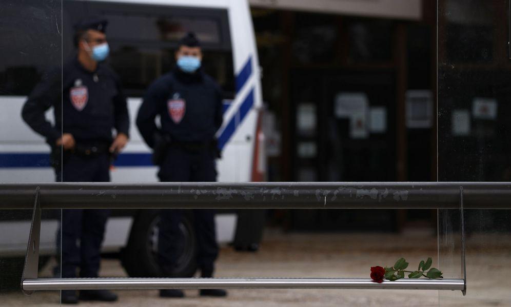 Foto: Posan una rosa en el lugar del asesinato al profesor de 47 años. (EFE)