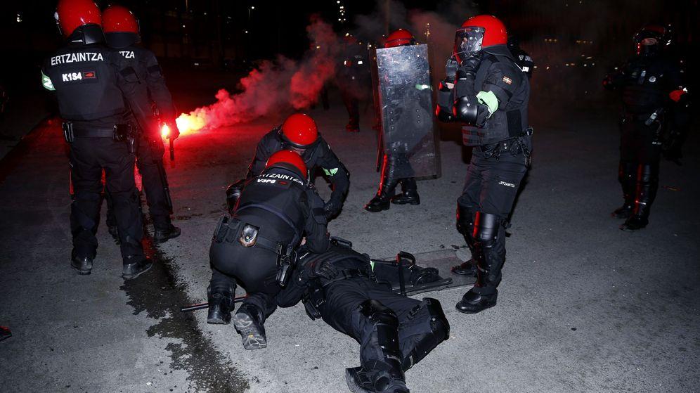 Foto: Enfrentamientos entre la Ertzaintza y los aficionados rusos antes del Athletic-Spartak