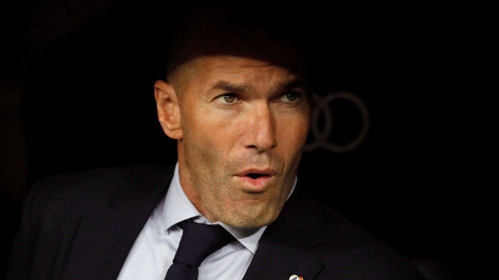 Foto: Zinédine Zidane suspira en el banquillo del Real Madrid. (EFE)