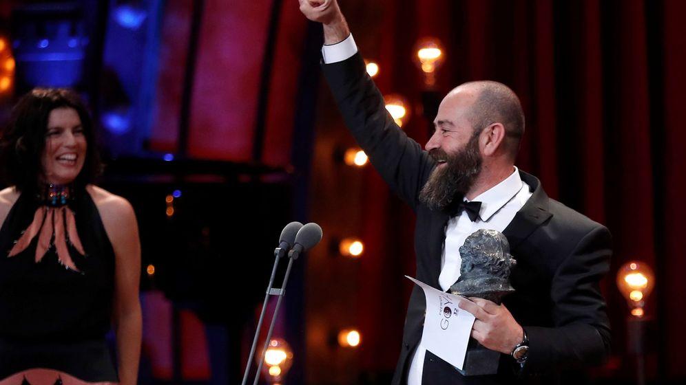 Foto: El realizador Ander Sistiaga, tras recibir el premio a la mejor dirección de producción por 'Handia' durante la 32ª edición de los Premios Goya. (EFE)