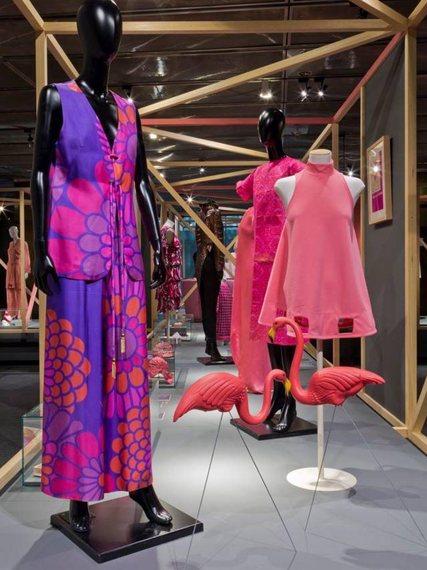 No solo moda, esta muestra también recoge elementos decorativos en rosa.  (Cortesía)
