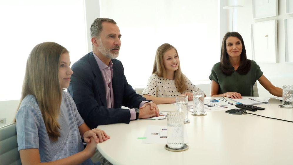Foto: Los Reyes y sus hijas en la videoconferencia con los ganadores del Premio Fundación Princesa de Girona. (EFE)