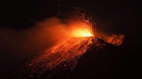 El volcán siciliano Etna ha entrado esta noche en una espectacular erupción de lava y llamas