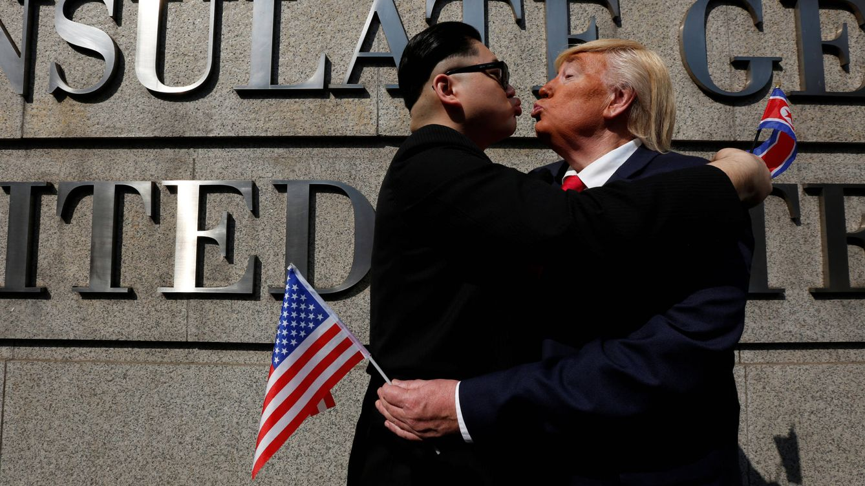 Foto: Dos imitadores de Kim Jong-un y Donald Trump posan frente al consulado estadounidense en Hong Kong, en enero de 2017. (Reuters)