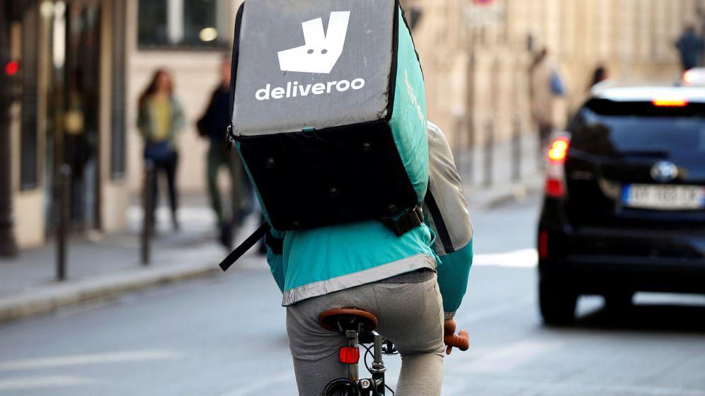 Foto: Un 'rider' de Deliveroo cruza París en abril de 2017. (Charles Platiau / Reuters)