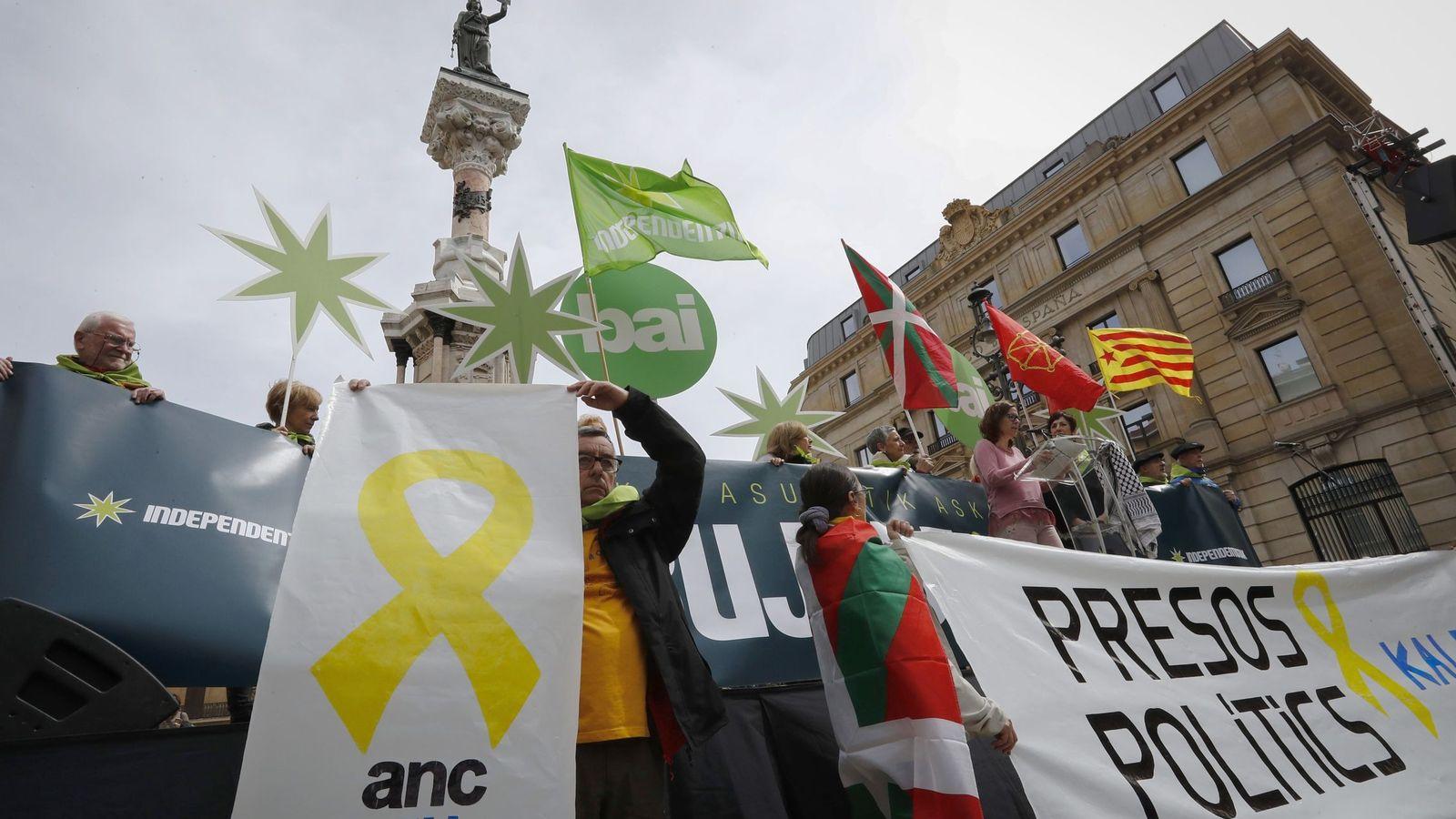 Foto: Manifestación abertzale contra el encacerlamiento de los políticos catalanes. (EFE)