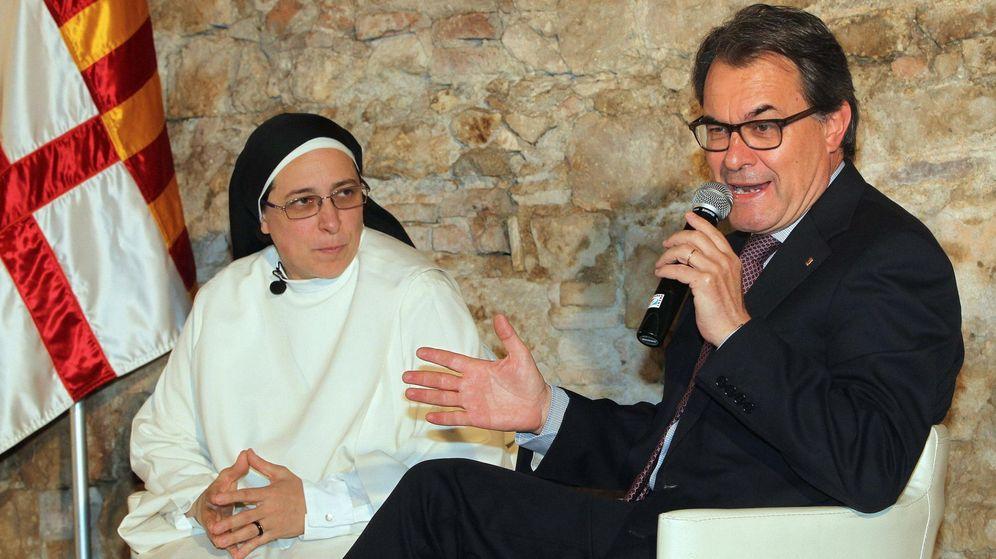 Foto: El presidente de la Generalitat, Artur Mas, en compañía de Sor Lucía Caram. (FE/TONI GARRIGA)