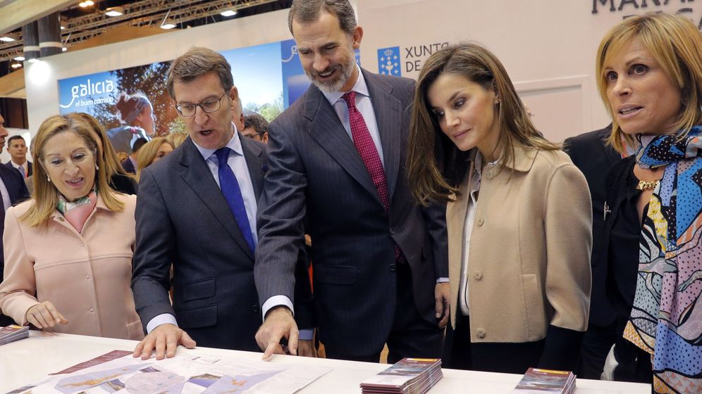 Foto:  Los reyes Felipe VI y Letizia, junto al presidente de la Xunta, Alberto Núñez Feijóo, en Fitur. (EFE)