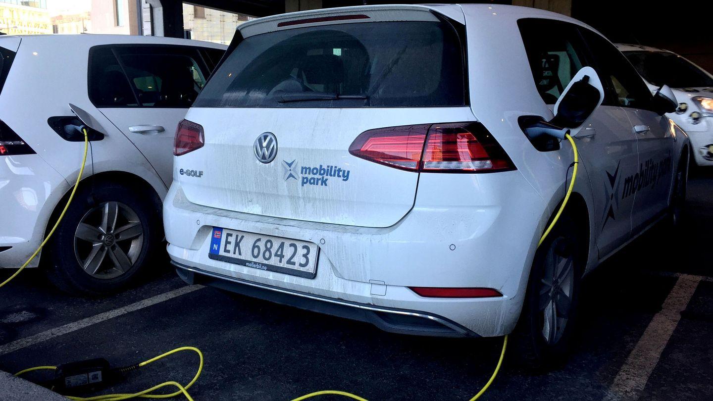 Vahículo eléctrico enchufado en Oslo. Noruega es el país que más coches eléctricos vende por habitante. Reuters
