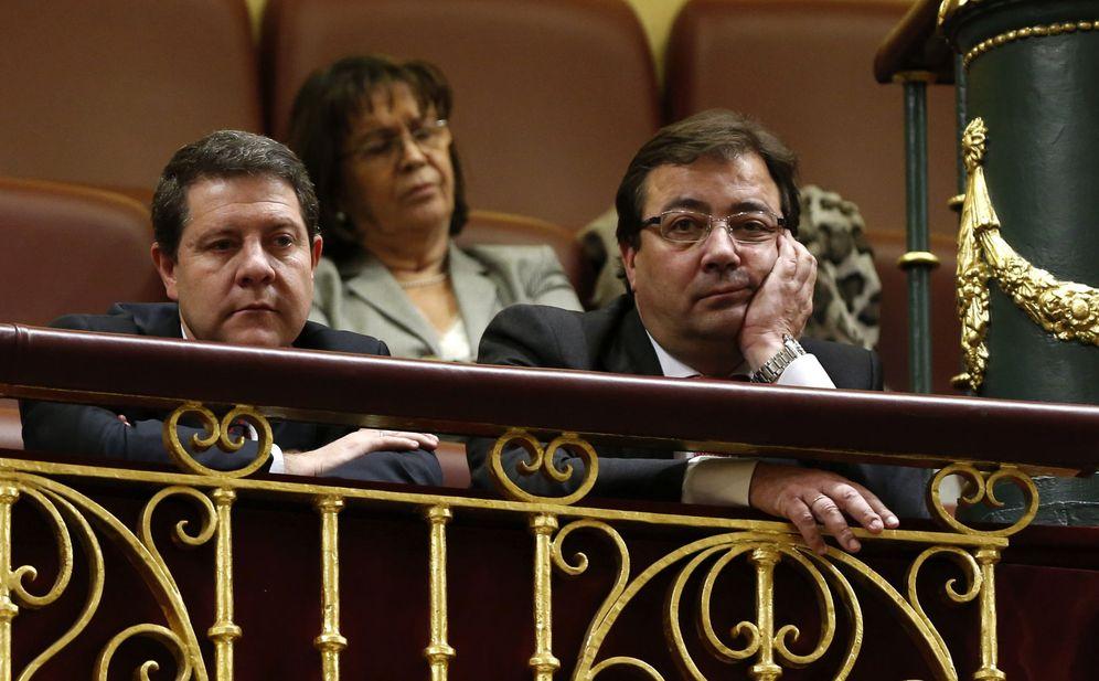Foto: Los presidentes de Castilla-La Mancha y Extremadura, Emiliano García-Page y Guillermo Fernández Vara, el pasado 1 de marzo, en el debate de investidura de Sánchez. (EFE)