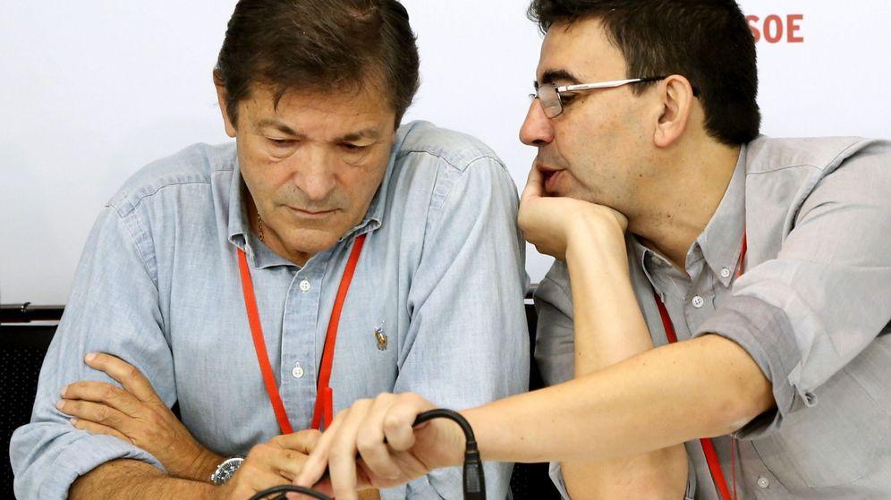 Foto: El presidente de la gestora del PSOE, Javier Fernández, y el portavoz, Mario Jiménez. (EFE)