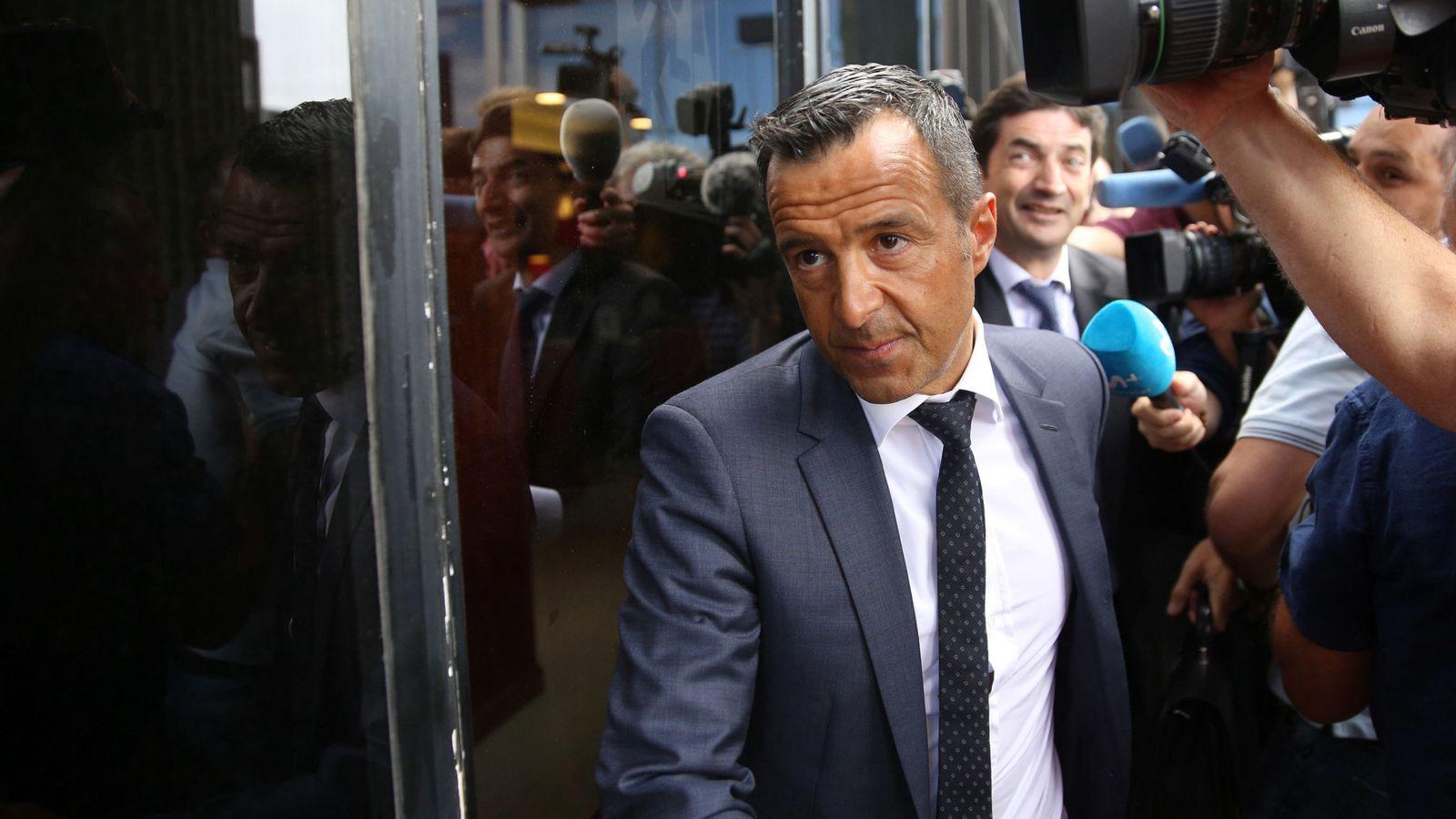 Foto: Jorge Mendes, representante portugués a la salida de los juzgados. (Reuters)