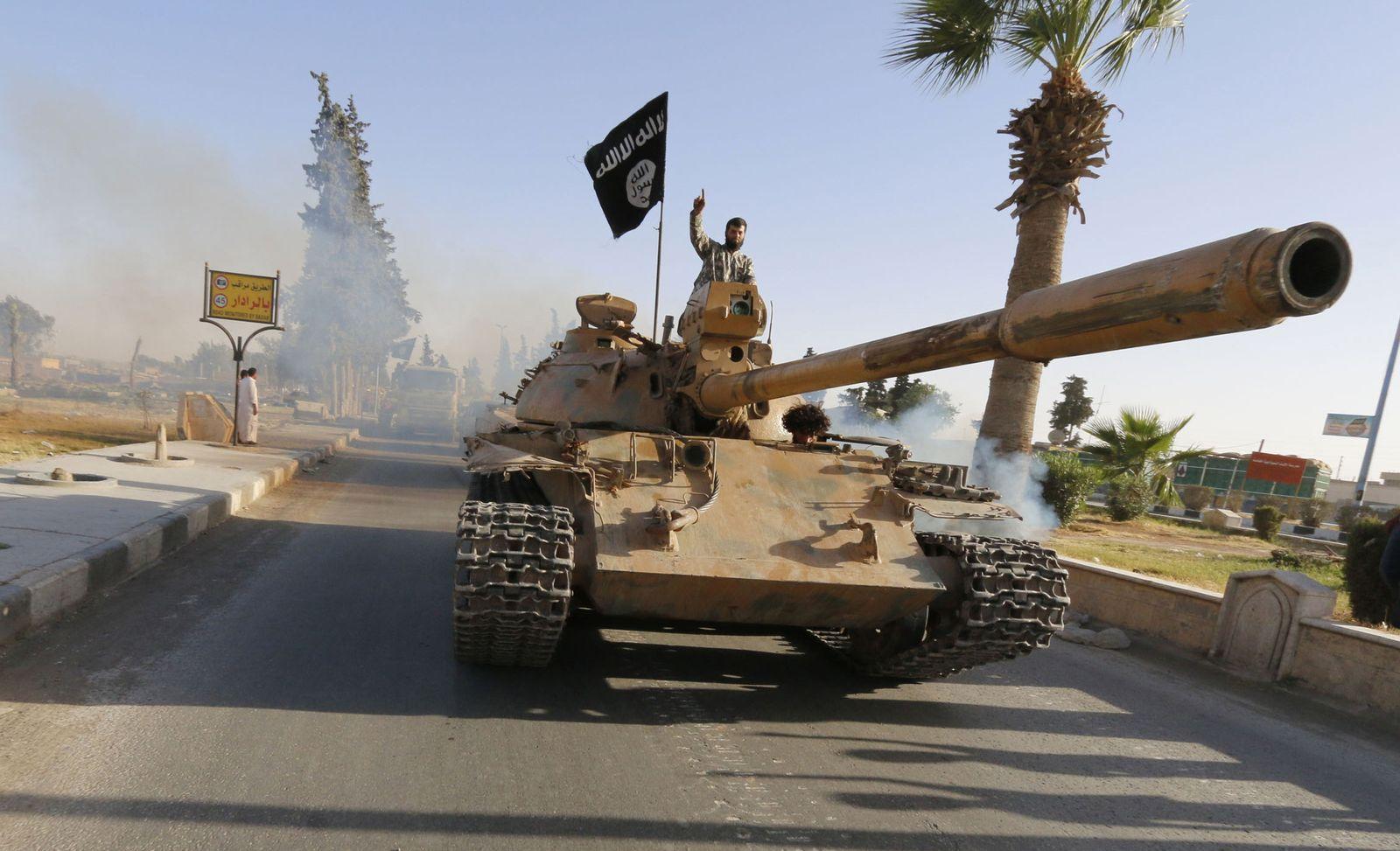 Foto: Un miliciano del autodenominado Estado Islámico durante un desfile militar en Raqqa, la capital del 'Califato' en Siria (Reuters)