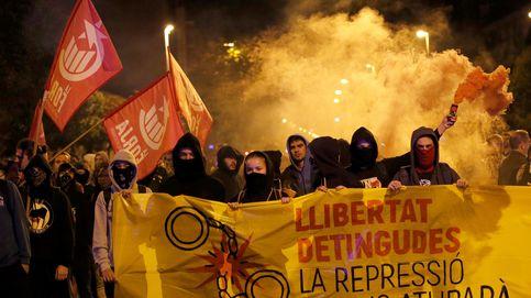 Unas 300 personas protestan ante el cuartel de la Guardia Civil de Girona por el 1-O