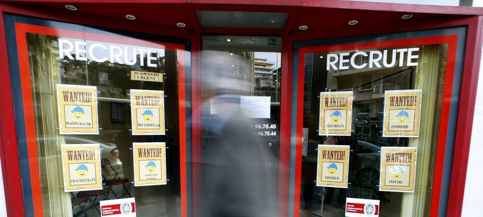 Foto: Un francés pasa ante una oficina de trabajo temporal en Niza, en una imagen de archivo. (Reuters)