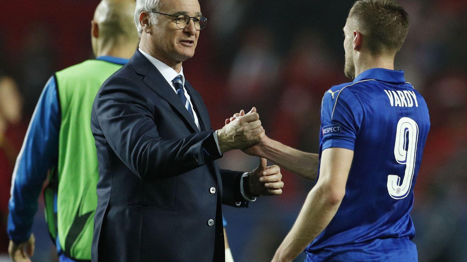Foto: Claudio Ranieri felicita a Vardy tras un partido. (Reuters)