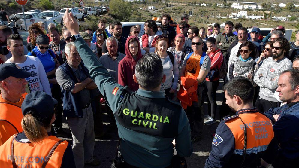 Foto: Un Guardia Civil organiza un grupo del dispositivo de busqueda del niño desaparecido este martes en la barriada de Las Hortichuelas en Nijar. (EFE)