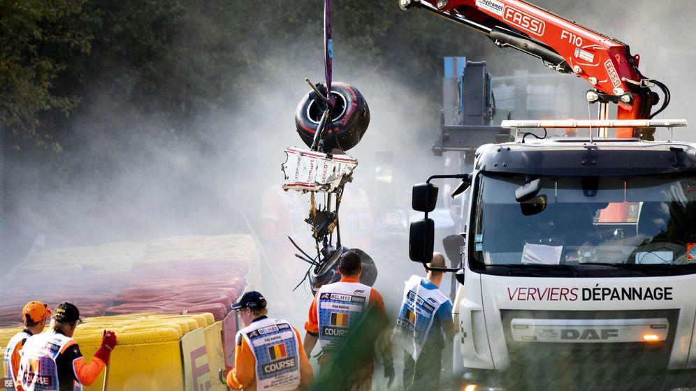 Foto: El coche de Juan Manuel Correa es retirado del lugar del accidente de Spa, el pasado 31 de agosto, en el que falleció el francés Anthoine Hubert (EFE)