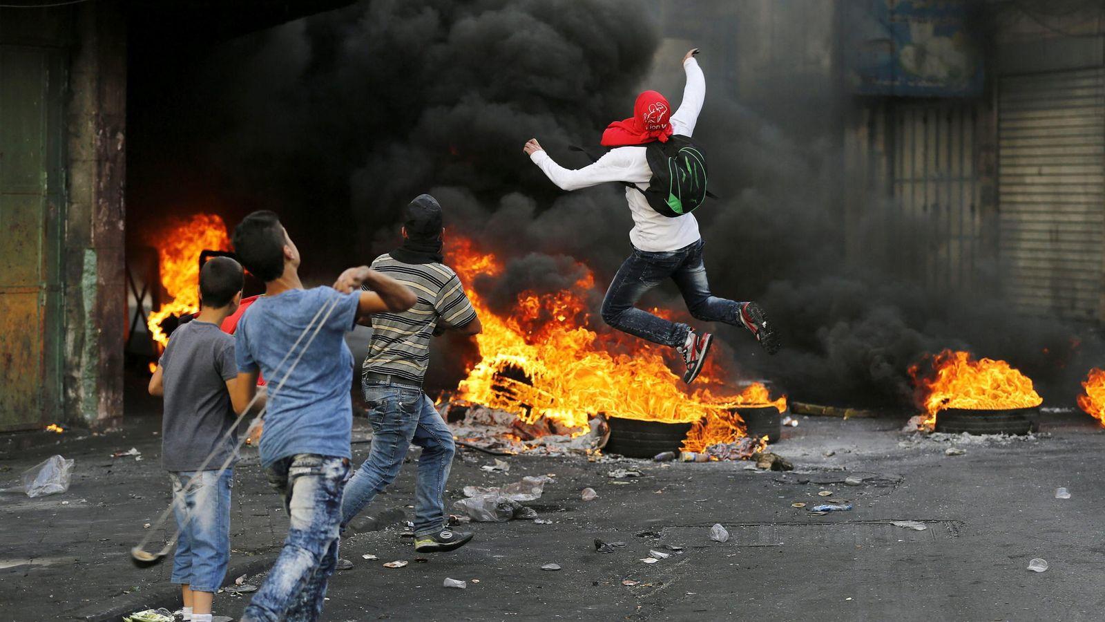 Foto: Manifestantes palestinos lanzan piedras hacia soldados israelíes. (EFE)