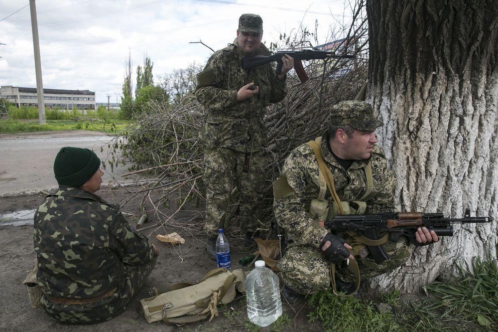 Prorrusos toman posiciones cerca de la ciudad de Slaviansk, al este de Ucrania (Reuters).