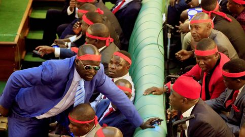 A golpes en el Parlamento de Uganda