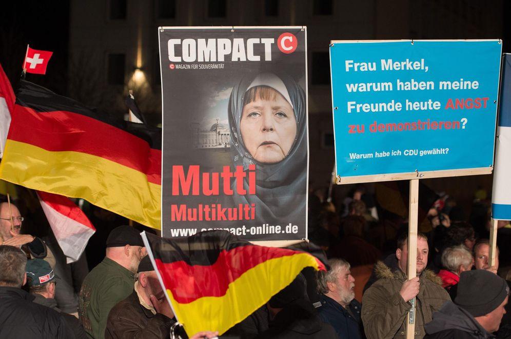 Foto: Simpatizantes de AfD participan en una marcha contra el Gobierno de Angela Merkel en Erfurt, el 18 de noviembre de 2015. (EFE)