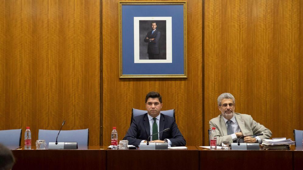 Foto: El presidente de la comisión de investigación de la Faffe, Enrique Moreno (c), junto a la silla reservada para la ministra de Hacienda en funciones, María Jesús Montero. (EFE)