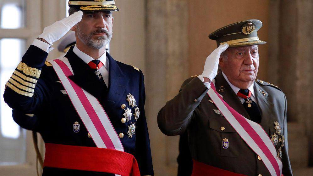 Foto: Felipe VI junto a su padre, el Rey emérito, en la Pascua Militar. (EFE)