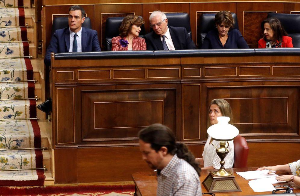 Foto: El candidato socialista, Pedro Sánchez, observa cómo el líder de Unidas Podemos, Pablo Iglesias, se dirige a la tribuna para intervenir en la tercera jornada del debate de investidura en el Congreso el pasado julio. (EFE)