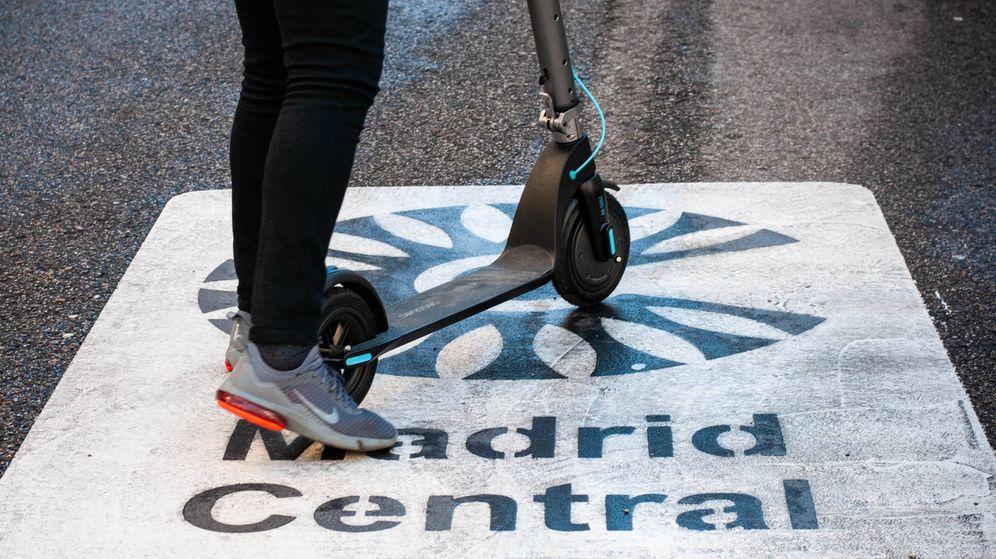 Foto: Muchos han optado por un patinete ante las restricciones de Madrid Central. (C. Castellón)