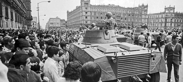 Foto: El ejército patrulla el Zócalo mexicano en agosto de 1968