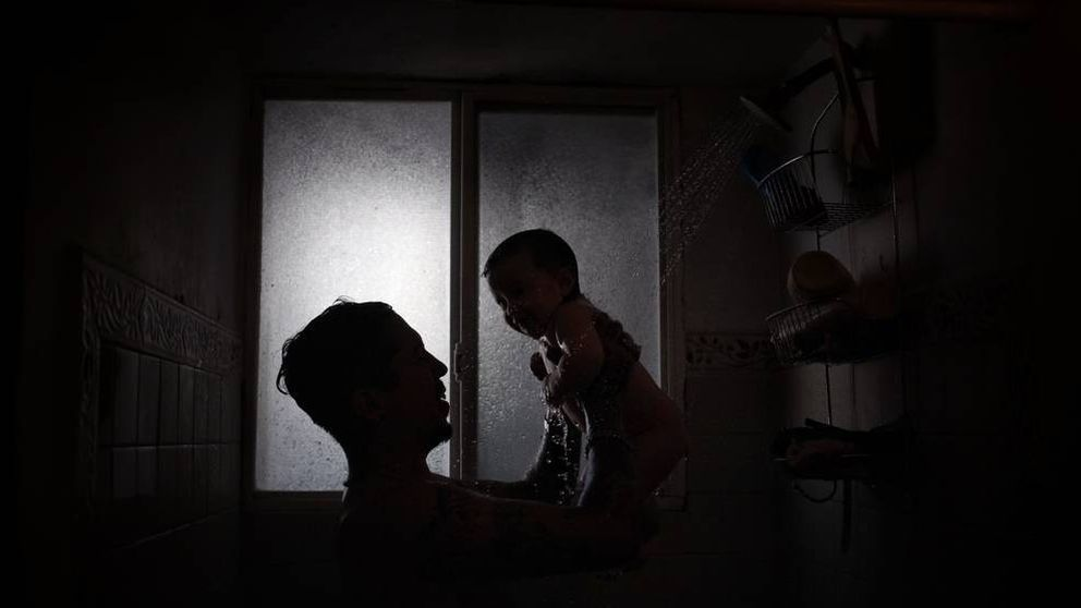 Madres con la cara impasible, bebés desesperados