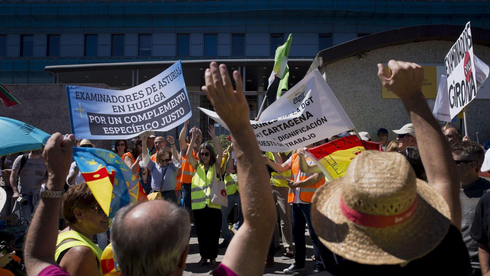 Foto: Huelga de examinadores de Tráfico hace un año frente a la sede de la DGT. (EFE)