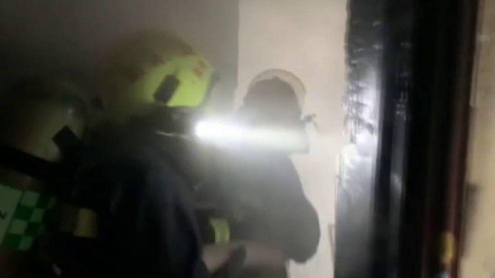 Un policía chino se convierte en héroe al salvar a una mujer en pleno incendio